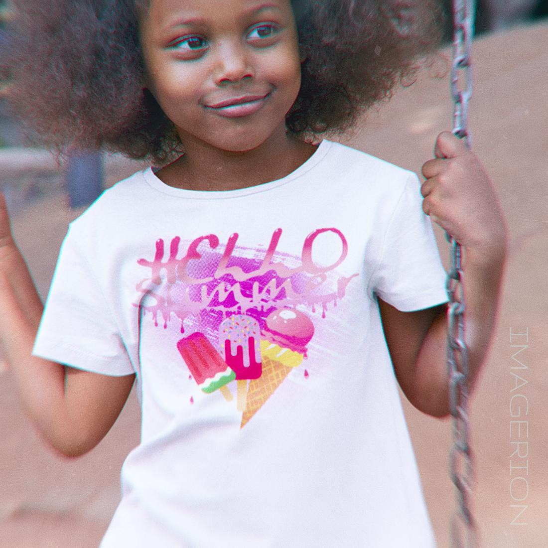 Dziewczynka w białej koszulce z nadrukowanymi lodami i napisem Hello Summer