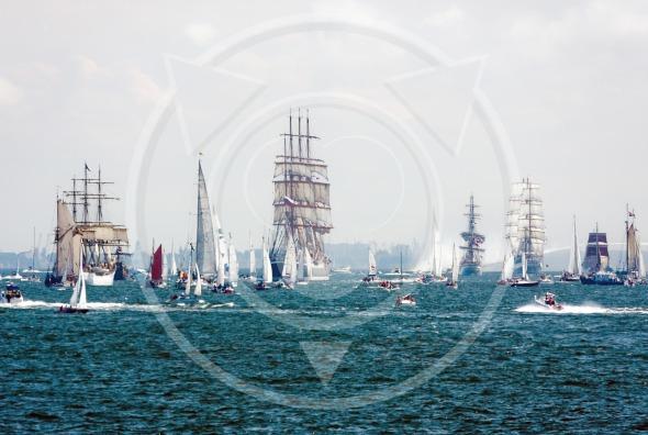 Sailing ships on the haigh seas: 'Dar mlodziezy', 'Sedov', 'Dar pomorza'